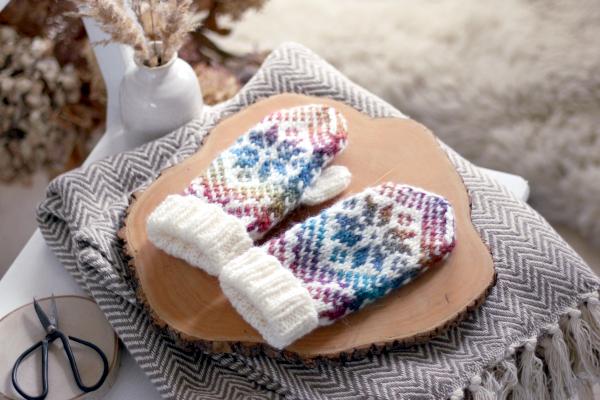 Biało-kolorowe rękawiczki nadrutach znorweskim wzorem