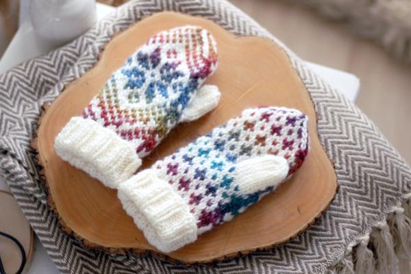 Rękawiczki nadrutach znorweską gwiazdą - widok nawierzch dłoni iwnętrze dłoni.